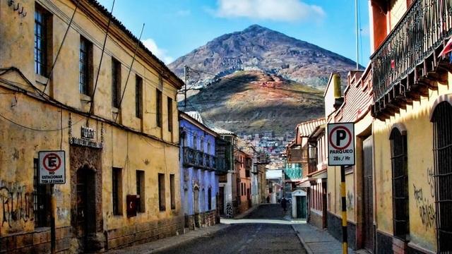 Nhưng ngày nay ngọn núi lại trở thành điểm du lịch cứu cánh cho nền kinh tế thành phố