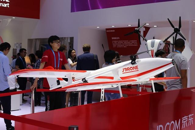Đi cùng đó, cũng khá nhiều các thương hiệu khác của Trung Quốc cũng mang đến các sản phẩm máy bay không người lái để giới thiệu đến khách tham quan.