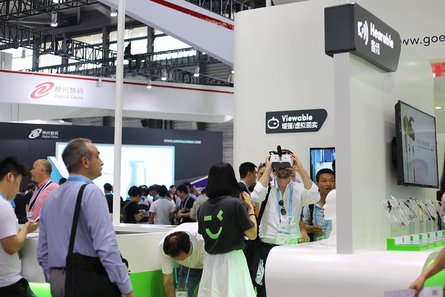 Hàng ngàn người quy tụ trải nghiệm công nghệ tại CES Asia 2017 - 5