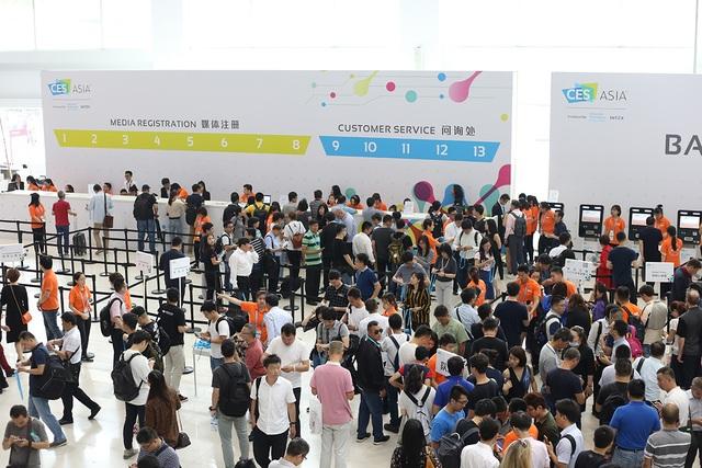 Ngay từ sáng sớm, hàng ngàn người đã quy tụ về đây để trải nghiệm các sản phẩm cùng công nghệ mới, để có cái nhìn rõ nét về xu hướng công nghệ năm nay.