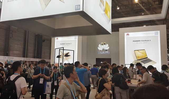 Từ khu nhà trưng bày đầu tiên, nhà sản xuất Huawei đến từ Trung Quốc chiếm giữ vị trí đẹp nhất và có gian hàng khá quy mô. Nơi đây hãng tập trung giới thiệu các dòng điện thoại, đồng hồ thông minh, thiết bị kết nối 4G và các phụ kiện độc đáo khác.