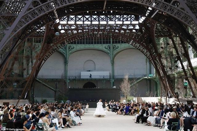 """Chanel dựng tháp Eiffel """"khủng"""" giữa sàn catwalk - 3"""