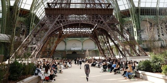 """Chanel dựng tháp Eiffel """"khủng"""" giữa sàn catwalk - 8"""
