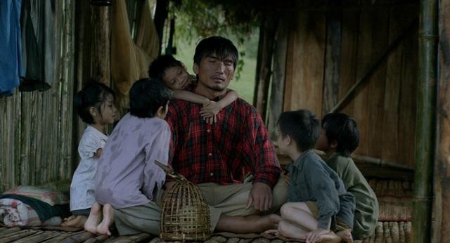 Cảnh người cha và những đứa con trong mái nhà dột nát của phim Cha cõng con.
