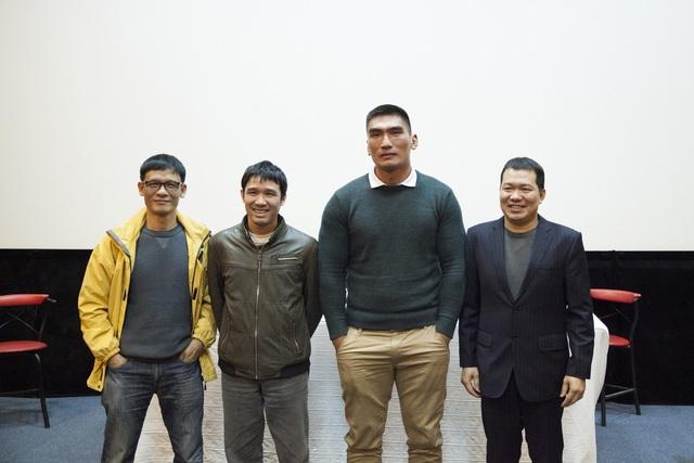 Hình ảnh các thành viên trong ê-kíp làm phim giao lưu với báo giới Hà Nội. Ảnh: ĐLP.
