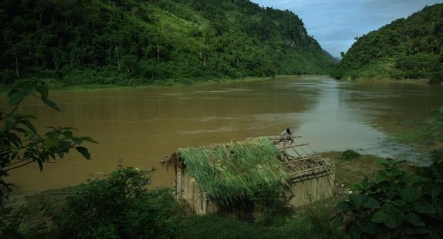 Bối cảnh dựng lều tranh thật bên sông vào mùa lũ.