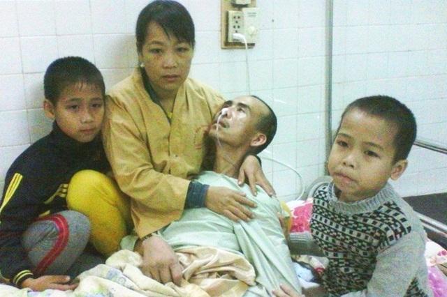 Chị Sương (vợ anh Bình) cùng hai con nhỏ phải túc trực hàng ngày để chăm sóc cho anh
