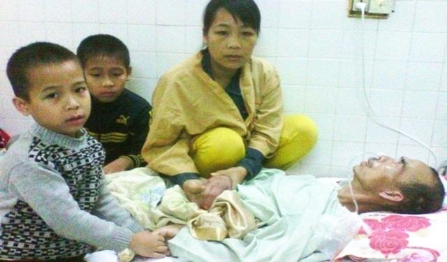 Cả 3 mẹ con nhiều lần ôm nhau khóc, cầu mong được người hảo tâm giúp đỡ để nhà vượt qua cơn khốn khó