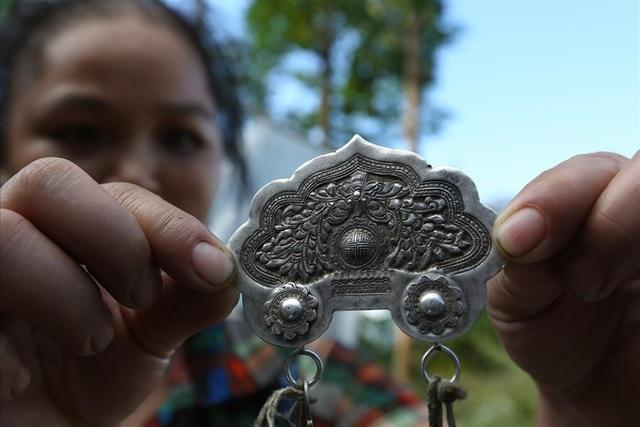 Một tấm phù điêu hoa văn đeo trước ngực của phụ nữ Nùng ở Hoàng Su Phì.