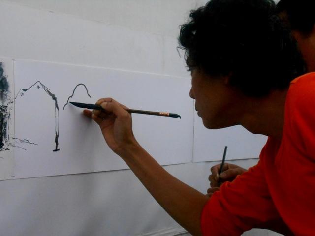 Chăm chú vẽ