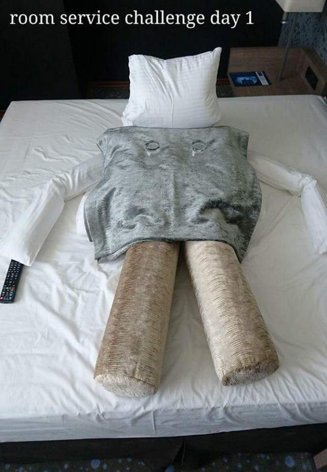 Vì quá nhàm chán, vị khách nam đã dùng chăn gối để sắp xếp lại hình thù thú vị trên giường