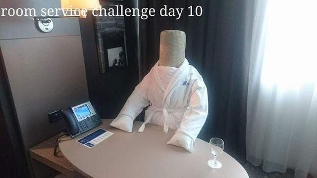 Đến ngày thứ 10, vị khách còn kỳ công tạo hình một người đang ngồi làm việc trên bàn