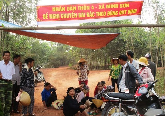 Người dân dựng lán giữa đường để ngăn xe chở rác