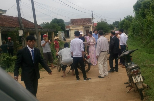 Lãnh đạo thôn Sơn Tây khẳng định việc chặn xe rước dâu để đòi nợ là không sai nên sẽ không xin lỗi.