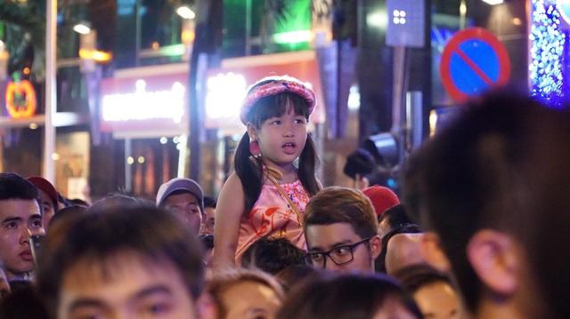 Dòng người đổ về trung tâm đón chào năm mới 2018 - 4