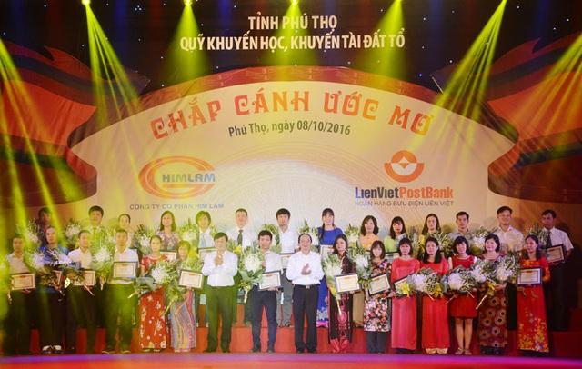 Các thầy cô giáo nhận khen thưởng tại Chương trình Chắp cánh ước mơ vinh danh khuyến học, khuyến tài đất Tổ