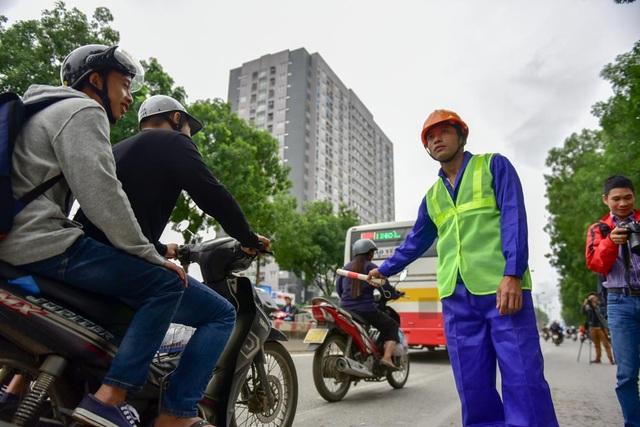 Tại các điểm xử lý cây, đơn vị thi công bố trí người hướng dẫn giao thông để đảm bảo an toàn.