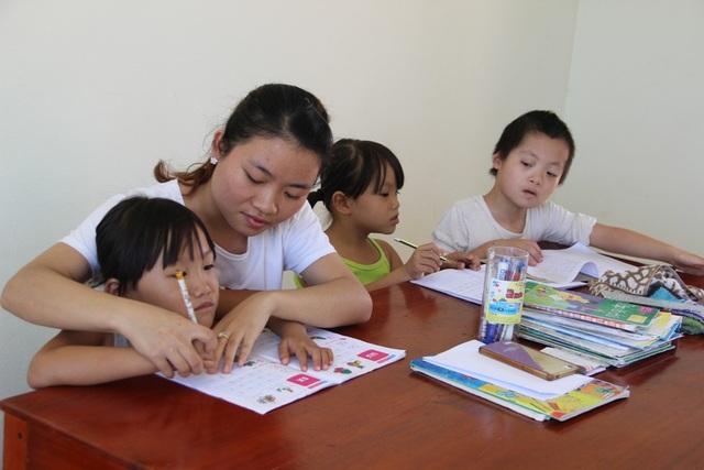 Các nhân viên hướng dẫn tận tình cho các em nhỏ bị da cam