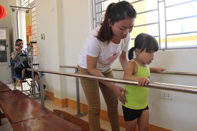 Các nhân viên tại Trung tâm hỗ trợ các em bị ảnh hưởng chất độc da cam vận động