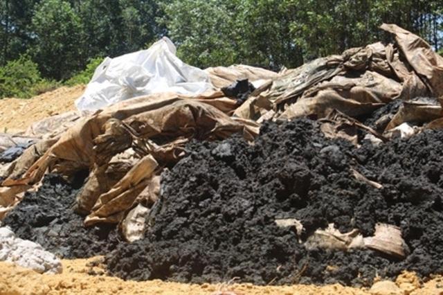Hàng chục tấn chất thải màu đen, hôi thối đã được tập kết tại trang trại của ông Lê Quang Hòa, Giám đốc Công ty Môi trường - Đô thị thị xã Kỳ Anh.