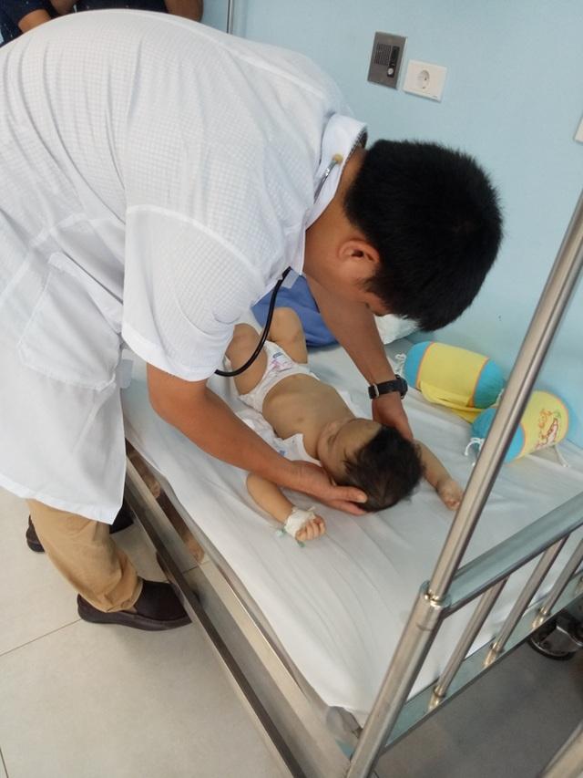 Bác sĩ của Bệnh viện Nhi Trung ương chăm sóc cho cháu bé (Ảnh: Công an Nhân dân)