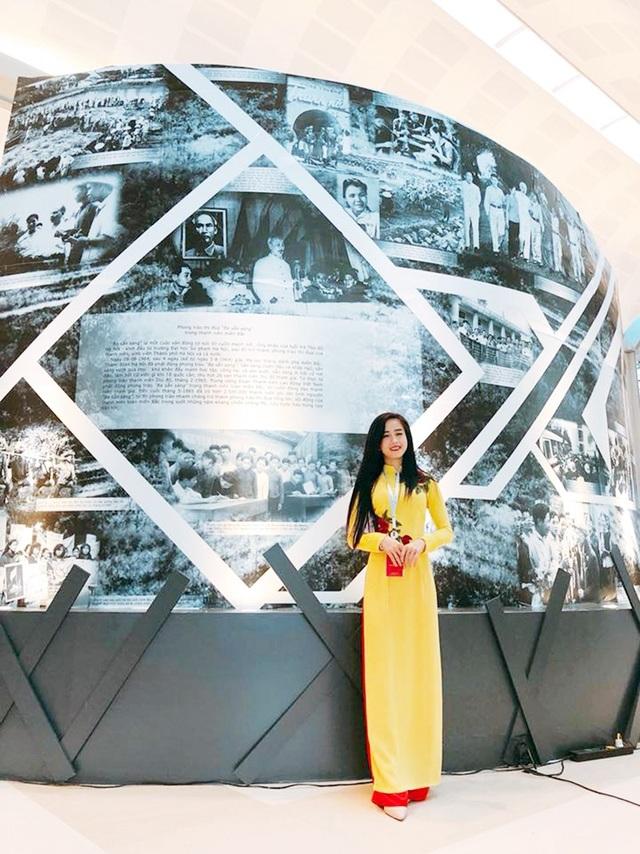 Hotgirl làng võ hào hứng khám phá những câu chuyện lịch sử về Đoàn thanh niên Việt Nam tại khu vực triển lãm