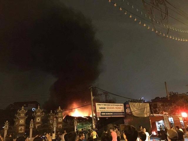 Hà Nội: Gara ô tô rộng hàng trăm mét vuông bốc cháy dữ dội - 1