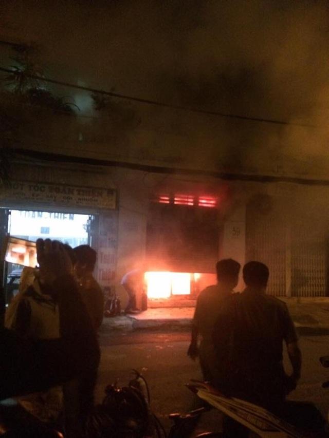 Cửa hàng kinh doanh túi xác bốc cháy ngùn ngụt do bị đốt