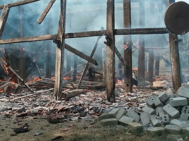 Ngôi nhà sàn gỗ và một gian bếp cháy rụi cùng toàn bộ vật dụng bên trong