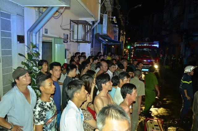 Người dân địa phương theo dõi cảnh sát dập lửa.