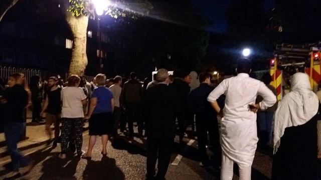 Người dân tập trung bên ngoài tòa nhà bị cháy.