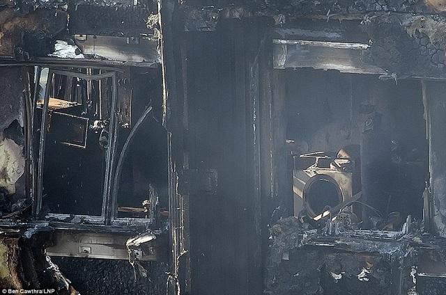 Trước đó, những bức ảnh chụp từ bên ngoài tòa tháp cho thấy những cửa sổ bị thiêu rụi, những bộ bàn ăn bị tan chảy và những chiếc máy giặt bị biến dạng dưới sức nóng của đám cháy.