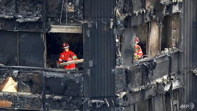 Lực lượng cứu hỏa vẫn đang dốc sức để kiểm tra toàn bộ các căn hộ bên trong chung cư Grenfell. Tuy nhiên, cảnh sát Anh nhận định cơ hội sống sót của các nạn nhân mất tích gần như không còn. (Ảnh: AFP)