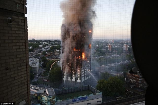 Đám cháy xảy ra vào khoảng 1 giờ sáng khi mọi người đang ngủ. Cho tới khi trời sáng, đám cháy vẫn chưa được khống chế hoàn toàn. Vòi phun nước hoạt động hết công suất từ các phía của tòa nhà.