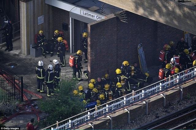 Các nhân viên cứu hỏa tập trung bên dưới tòa nhà (Ảnh: Getty)