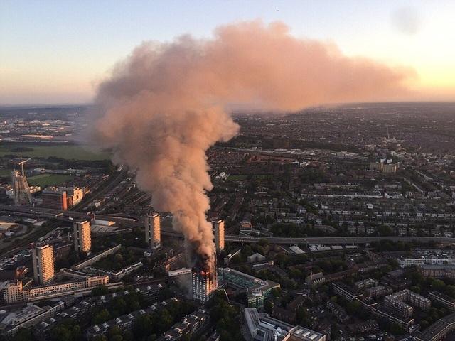 Toàn cảnh đám cháy nhìn từ trên cao (Ảnh: BBC)