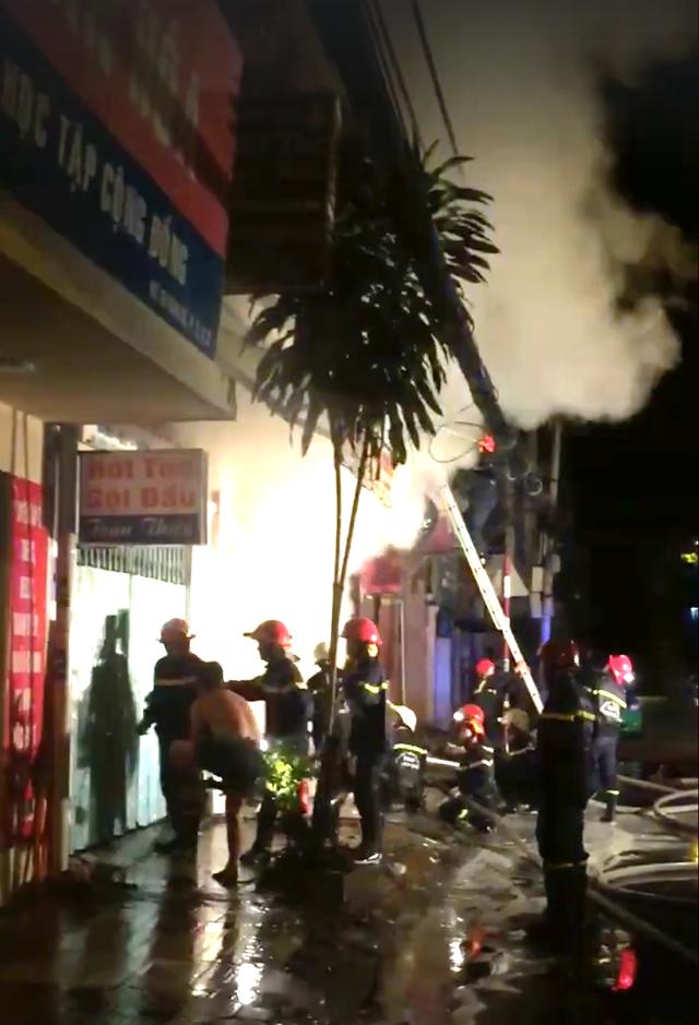 Cảnh sát triển khai chữa cháy tại hiện trường (ảnh FB)