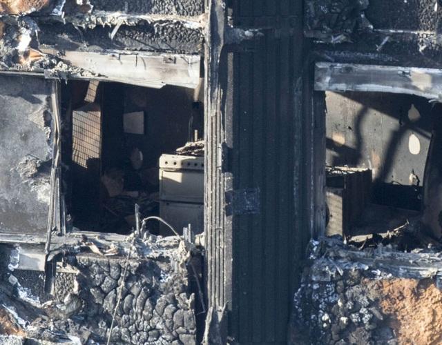 Phần tường phía bên ngoài chung cư bị tàn phá nặng nề nhất. Hiện nguyên nhân dẫn tới vụ cháy vẫn chưa được xác nhận. (Ảnh: Metro)