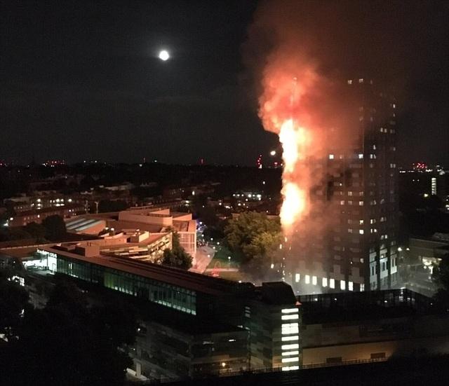 Các nhân chứng cho rằng tòa nhà này có thể bị đổ sập nếu đám cháy tiếp tục kéo dài.