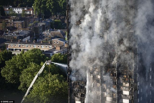 Một số nguồn tin cho biết hiện vẫn còn nhiều người mắc kẹt trong tòa nhà trong khi công tác chữa cháy vẫn đang được triển khai khẩn trương. (Ảnh: SWNS)