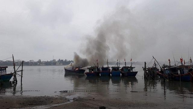 Một tàu cá của ngư dân Quảng Bình đã bất ngờ phát hỏa. (Ảnh H.T)