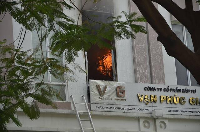 Giải cứu thành công 15 người trong ngôi nhà 4 tầng bất ngờ bốc cháy - 7