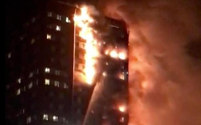 Tháp 24 tầng bốc cháy dữ dội ở Anh, nhiều người thương vong - 10