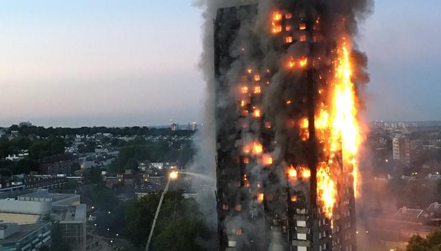 Tòa tháp Grenfell bốc cháy vào sáng nay 14/6 (Ảnh: Dailymail)