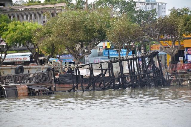 Chiếc thuyền bị cháy rụi và chìm một phần xuống kênh