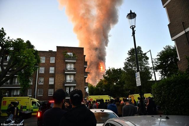 Khói bốc lên nghi ngút từ tòa nhà bị cháy (Ảnh: LNP)