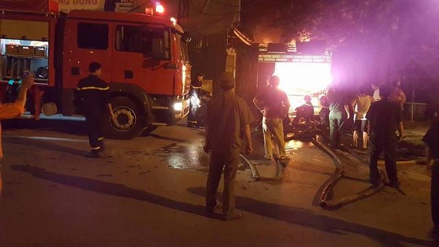 Hà Nội: Gara ô tô rộng hàng trăm mét vuông bốc cháy dữ dội - 4