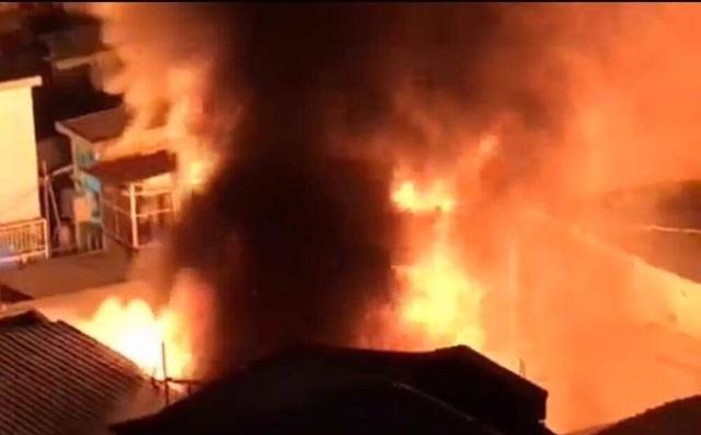 Cháy dữ dội trong đêm, 3 căn nhà ở trung tâm Sài Gòn bị thiêu rụi - 1
