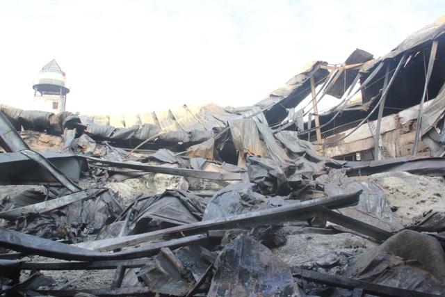 Nhiều nguyên vật liệu và máy móc bên trong công ty đã bị thiêu rụi