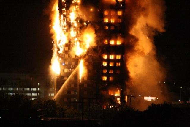 Vòi phun nước khổng lồ đang xối mạnh vào tòa nhà bị cháy